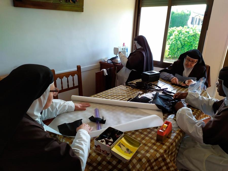 Las Carmelitas Descalzas de Aguilar elaboran mascarillas para contribuir a la lucha contra el COVID – 19