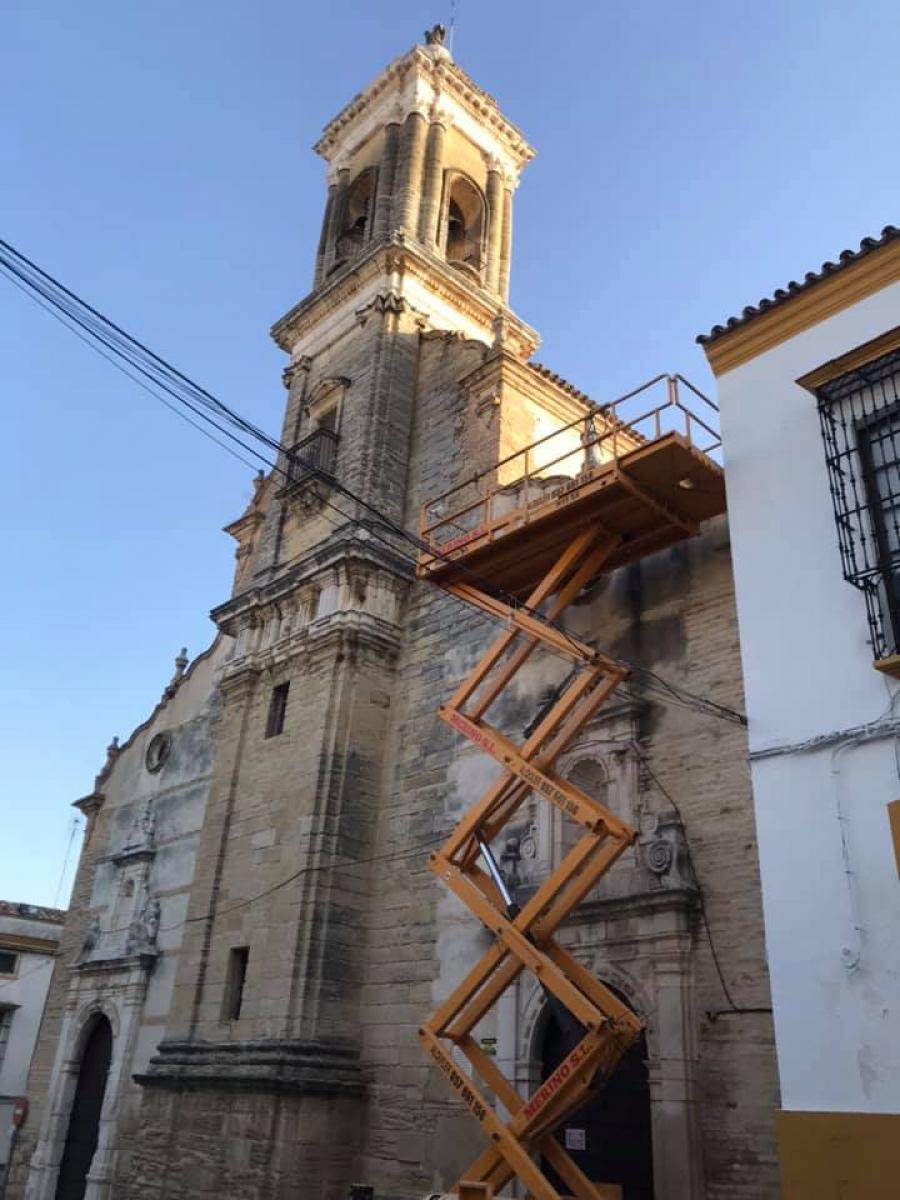 Actuaciones de mejora y limpieza en el tejado de la Iglesia del Hospital